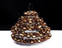 Platta med lotten av belgiska chokladbrända mandlar som är klara för att äta Arkivbild