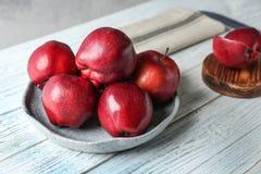 Platta med mogna röda äpplen royaltyfria foton