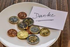Platta med mynt arkivfoto