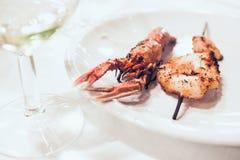 Platta med ny grillad scampi på restaurangtabellen Royaltyfria Bilder