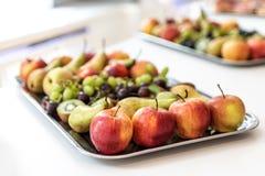 Platta med nya tropiska frukter på den vita tabellen av en buffématställe arkivfoton