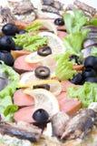 Platta med olika fiskläckerheter som isoleras på vit backgroun Royaltyfri Fotografi