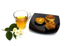 Platta med ostkakor och blommate Royaltyfria Bilder
