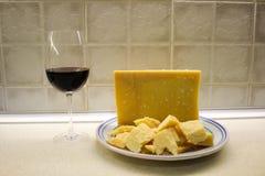 Platta med parmigianaregianoost och rött vin royaltyfri fotografi