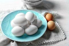 Platta med rå ägg royaltyfri fotografi