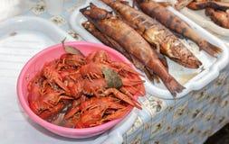 Platta med röda kokta languster och den rökte fisken Fotografering för Bildbyråer