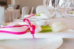 Platta med servetten och blomman fotografering för bildbyråer
