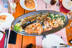 Platta med skaldjur i en restaurang i Budva arkivbild