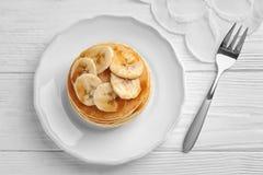 Platta med smaskiga bananpannkakor Arkivfoton