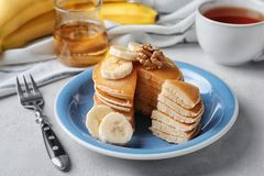 Platta med smaskiga bananpannkakor Fotografering för Bildbyråer