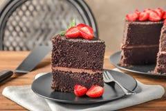 Platta med stycket av den läckra chokladkakan på tabellen, Fotografering för Bildbyråer