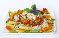 Platta med tre-färg pasta på en vit bakgrund Arkivfoton