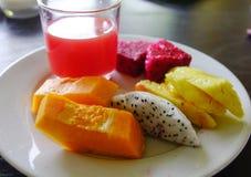Platta med tropiska frukter för frukost Royaltyfria Bilder