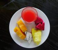 Platta med tropiska frukter på maträtt Arkivbild