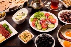 Platta mycket av den orientaliska frukosten Arkivfoto