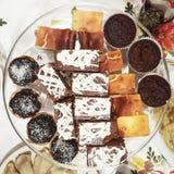 Platta mycket av kakor, snakcs, pajer, julhelgdagsafton royaltyfri bild
