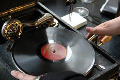 Platta och gammal grammofon Arkivbilder