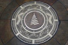 Platta på stället av 81st julgranbelysning på den Rockefeller mitten Royaltyfri Fotografi