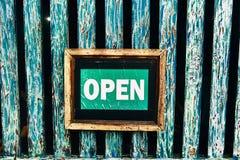 Platta 'som är öppen 'på en blå träbakgrund arkivbild