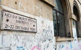 Platta som firar minnet av döda av revolution 1989 i Piata 21 Decembr Arkivfoton