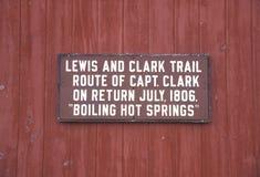 platta som firar minnet av Lewis, och Clark skuggar, i att koka Hot Springs, MT arkivfoton