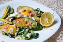 Platta som fylls med grönsaker och ägg royaltyfri foto