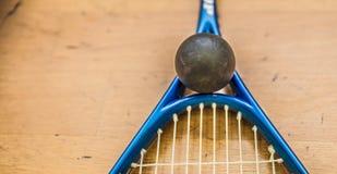 Platta till bollen på domstolen med squashracket som är klar att spela den nya leken arkivbilder