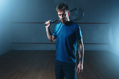 Platta till spelaren med racket, inomhus utbildningsdomstol royaltyfri fotografi