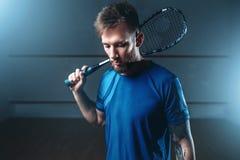 Platta till spelaren med racket, inomhus utbildningsdomstol royaltyfria foton