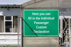 Plattan med inskriften 'här kan du fylla in den beställnings- deklarationen för den individuella passageraren ', arkivfoton