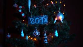 Plattan numrerade 2018 på julgranen, bakgrund för ` s för nytt år stock video