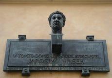 Plattan på huset var var född den berömda författaren Jaroslav Hasek Arkivfoto