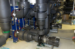 Plattavärmeexcanger med centrifugala pumpar i maskinrum Arkivbild