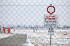 Platte Achtung Sperrzone in München-Flughafen MUC Lizenzfreie Stockfotografie