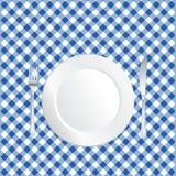 Platte auf blauer Tischdecke Stockfotos