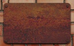 Platte auf einer Backsteinmauer Stockfotografie