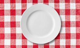 Platte auf roter Tischdecke Lizenzfreie Stockbilder