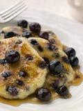 Platte der Blaubeere-Pfannkuchen mit Ahornholz-Sirup Lizenzfreies Stockbild