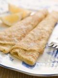 Platte der gefalteten Pfannkuchen Zitrone und Zucker Lizenzfreie Stockfotos