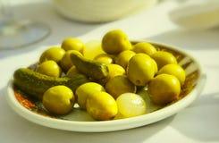 Platte der grünen Oliven Stockbild
