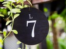 Platte der Nr. sieben der Tabelle im Restaurant Lizenzfreie Stockfotos