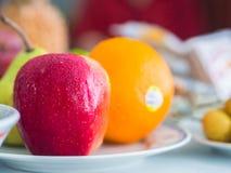 Platte des Apfels, der Orange und der Birne Lizenzfreies Stockfoto