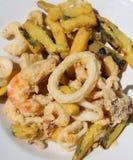 Platte des gebratenen Lebensmittels mit Calamarigarnele und zerschlagenem Gemüse stockfoto