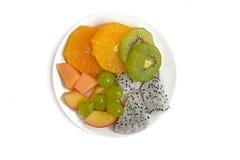 Platte des gesunden frischen Obstsalats auf weißem Hintergrund Stockfotografie