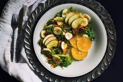 Platte des gesunden grünen Gartensalats mit Frischgemüse, Apfel Lizenzfreies Stockbild