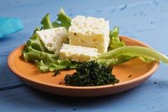 Platte des Käses mit Kopfsalatnahaufnahme Stockfotos