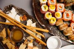 Platte des Käses mit Platte von Sushi Lizenzfreie Stockbilder