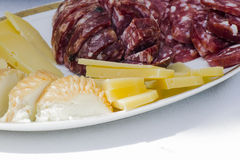 Platte des Käses und der Salami lizenzfreies stockbild