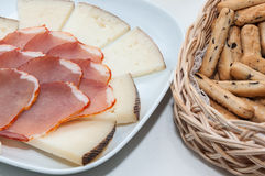 Platte des Käses und der Schweinelende Stockbild