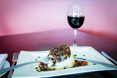 Platte des Lebensmittels des strengen Vegetariers mit Glas Wein Stockfotografie